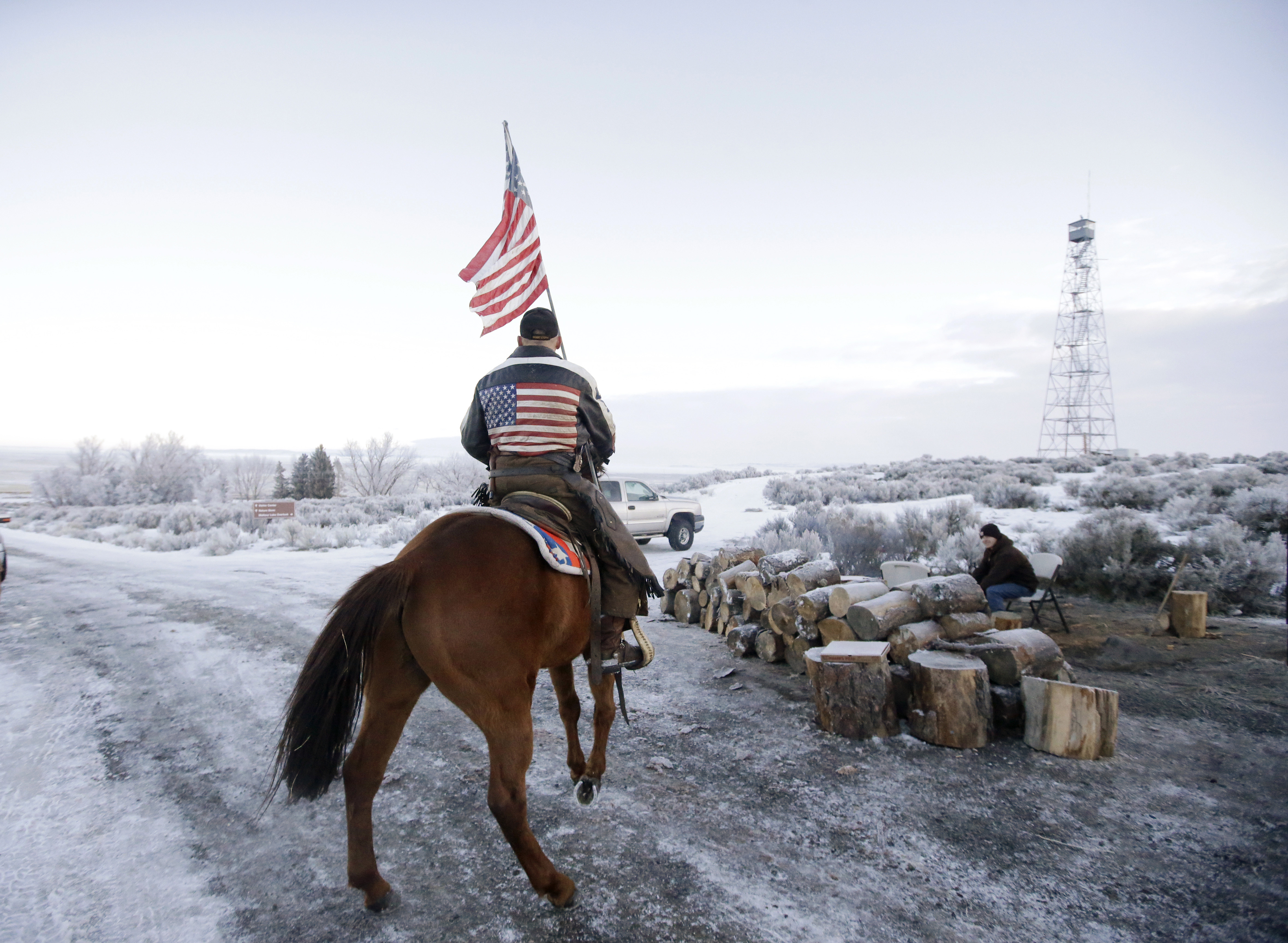 Idaho militia group arrive to 'secure perimeter, prevent Waco-style situation' at Oregon refuge