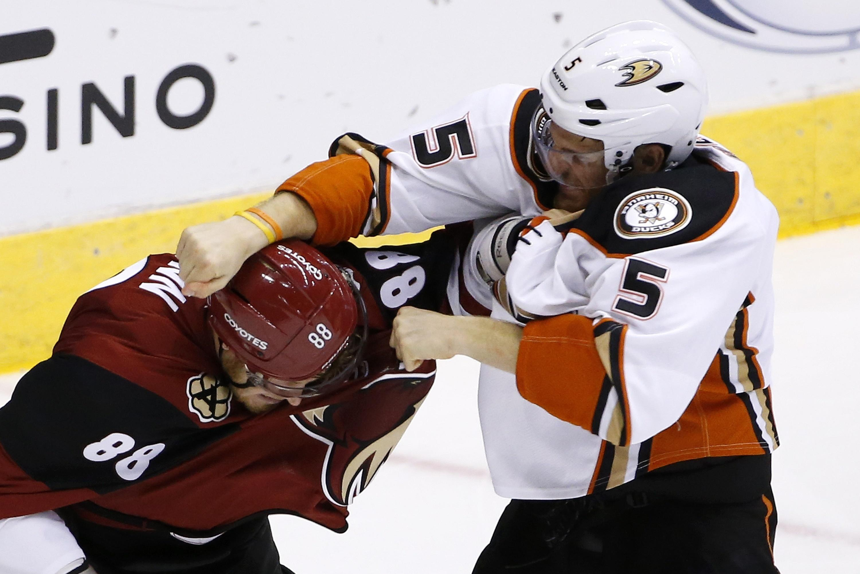 Ducks_coyotes_hockey