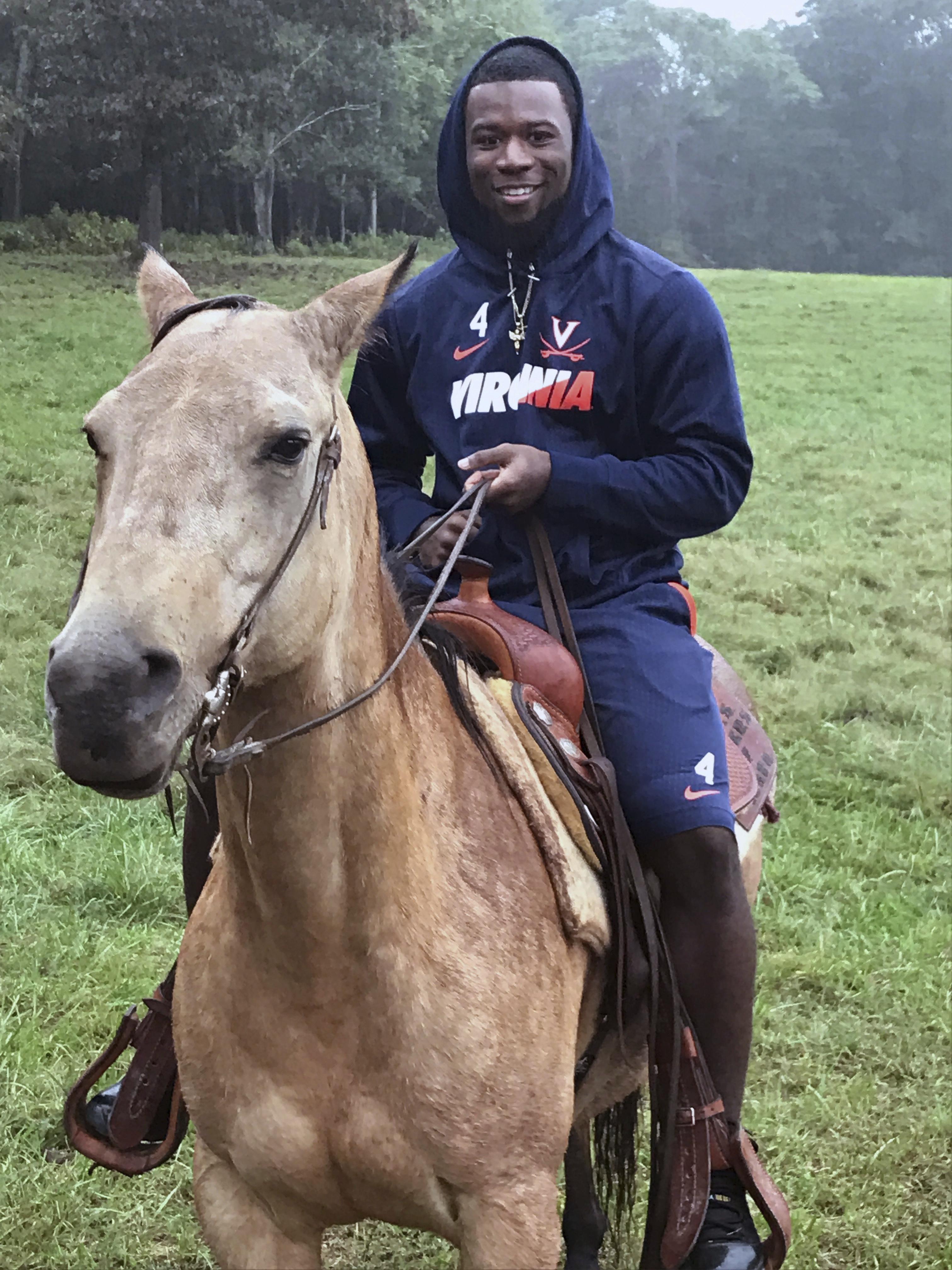 Virginia_horses_football