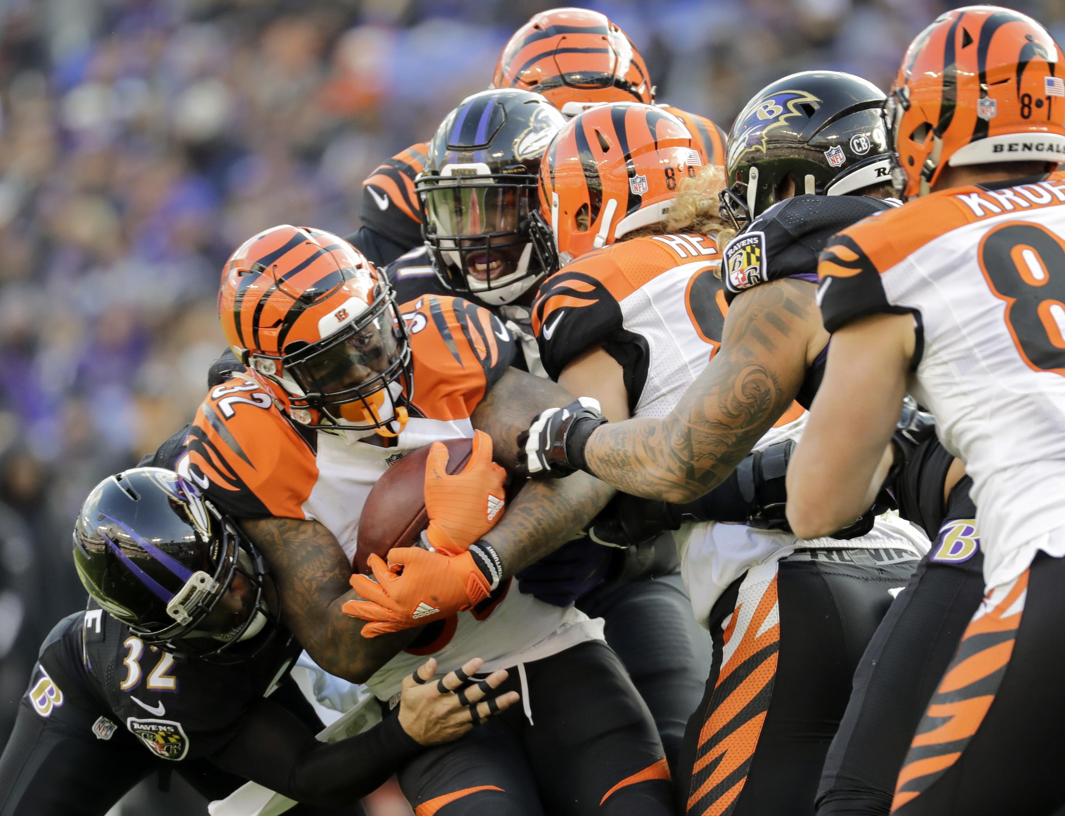 Bengals_running_in_place_football