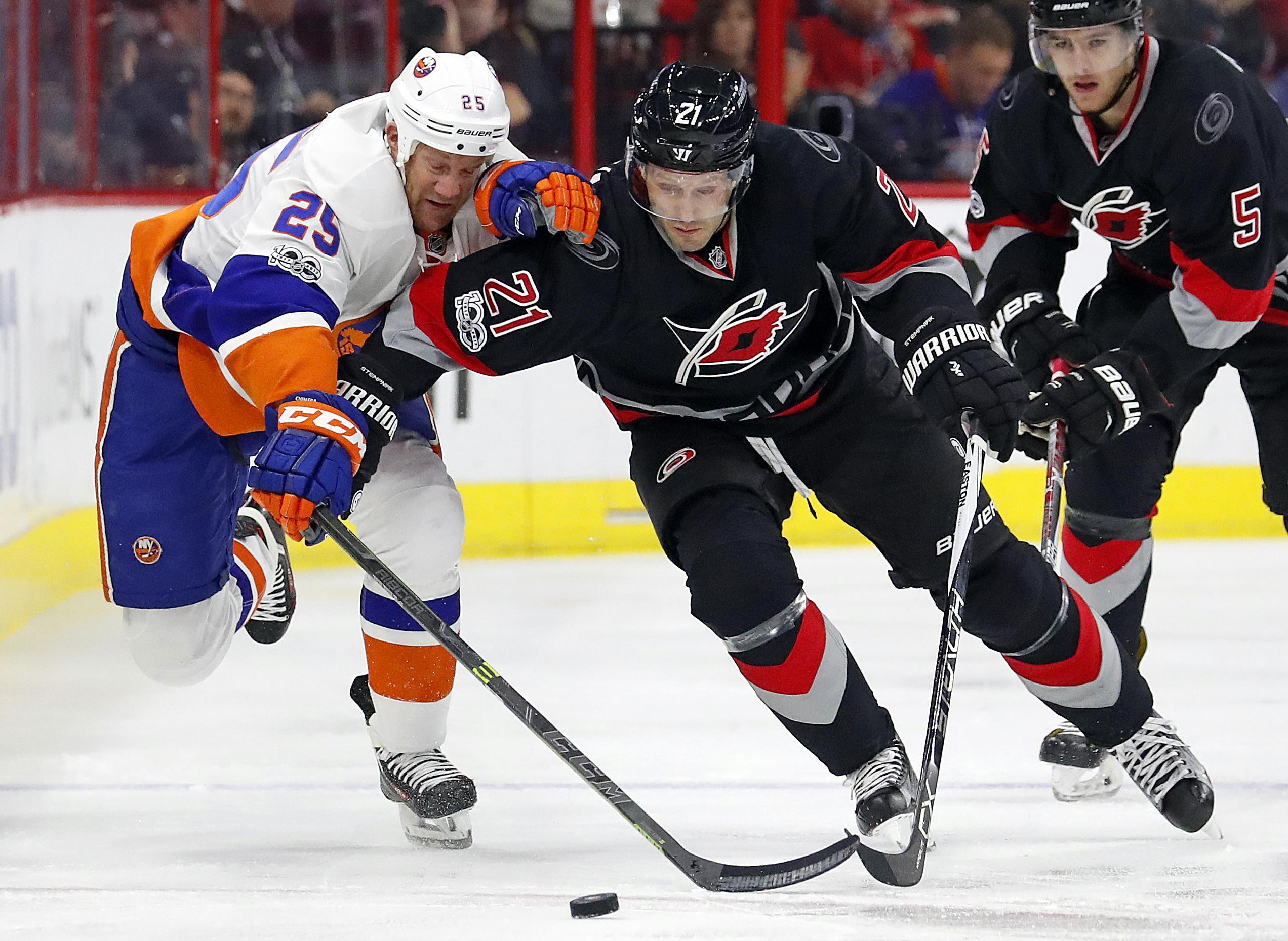 Islanders_hurricanes_hockey_79390