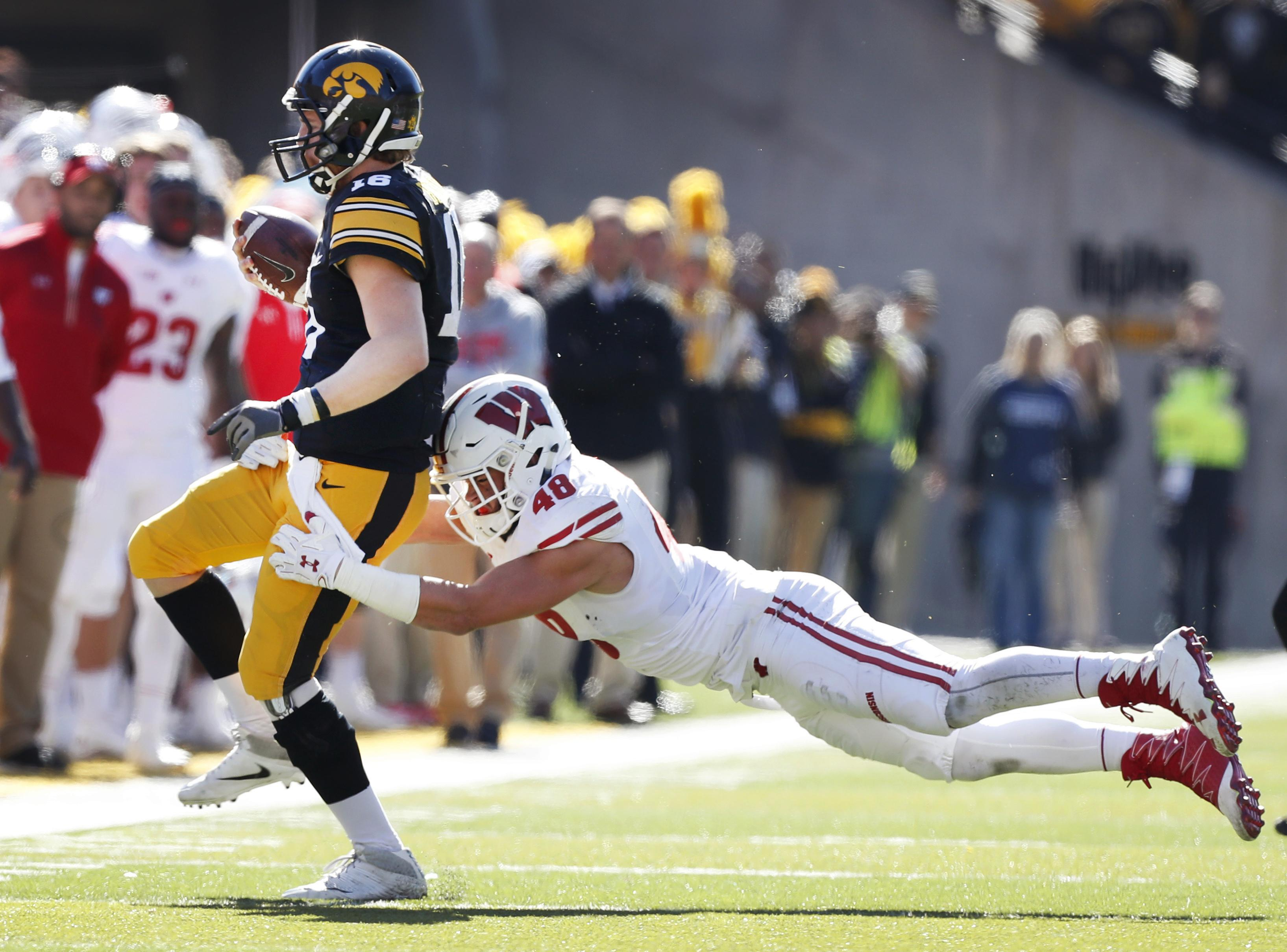 Wisconsin_linebackers_football_36018